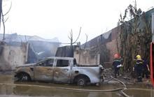 Cháy xưởng sơn, khói lửa mù mịt khiến đại lộ Thăng Long tê liệt