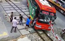 Thừa nhận bất ngờ với công an của tài xế xe khách tông gãy rào chắn tàu hỏa