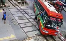 Video: Xe khách tông gãy gác chắn khi tàu hỏa lao tới, hành khách hoảng loạn