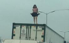 Người phụ nữ mặc váy quậy tưng bừng trên nóc thùng xe container
