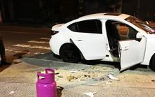 Thanh niên nghi ngáo đá dùng búa đập phá hàng loạt ô tô trên đường