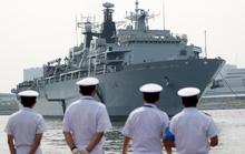 Tàu sân bay tấn công đổ bộ Anh cập cảng Tokyo