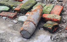 Đào phải bom còn nguyên thuốc nổ trong vườn nhà