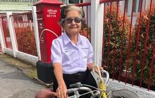 Cụ bà 84 tuổi bận đồng phục đạp xe đi thi lớp 6