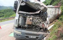 Xe tải lao vào vách núi, tài xế mắc kẹt trong cabin