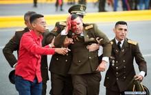Cận cảnh vệ sĩ bung tấm chống đạn cứu Tổng thống Maduro thoát ám sát