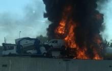 Hai xe tải lao vào nhau, đường cao tốc mịt mù khói lửa