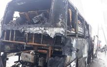 Xe khách giường nằm nổ lách tách rồi phát hỏa cháy rụi trên cầu