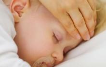 Cách sơ cứu cho bé bị co giật vì sốt cao