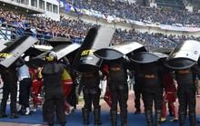 CĐV trẻ tuổi thiệt mạng, Giải Bóng đá  Indonesia phải tạm ngưng