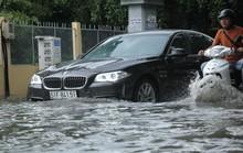 TP HCM: Khu nhà giàu lại ngập, xe chết máy, nước tràn vào nhà