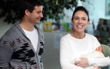 """Thủ tướng New Zealand bị chỉ trích chuyến bay """"khó đỡ"""" để chăm con"""