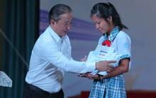 Những giọt nước mắt ở lễ trao học bổng Chắp cánh ước mơ