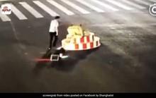 Mất kiên nhẫn vì đèn đỏ, người đàn ông phá đổ cột đèn giao thông