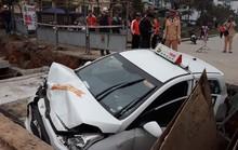 Xe taxi lọt hố công trình đang thi công