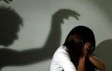 Quan hệ xong, ra hiệu cho 2 bạn hiếp dâm tập thể thiếu nữ 17 tuổi