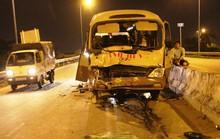 Hơn 10 người kêu cứu trong chiếc xe khách biến dạng