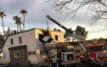 Mỹ: Xe phóng trúng dải phân cách, lao lên tầng 2 tòa nhà