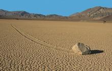 Bí ẩn về những hòn đá ma thuật tự dịch chuyển trong sa mạc