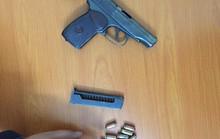 Giắt lưng súng K59 và 8 viên đạn lái ô tô đi chơi lúc nửa đêm