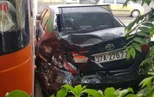 Xe khách tông ôtô Camry dập nát, nhiều hành khách hoảng sợ