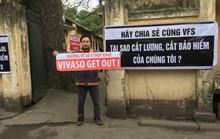Các nghệ sĩ Hãng phim truyện Việt Nam căng băng rôn phản đối cắt lương, bảo hiểm