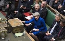Brexit: Sống sót sau bỏ phiếu bất tín nhiệm, bà May xuống nước