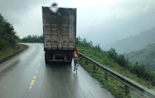 Kinh hãi nữ sinh đi xe đạp liều mạng bám tay vào đuôi Container khi vượt đèo