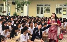 NSND Bạch Tuyết hát mừng 100 năm sân khấu cải lương với học sinh
