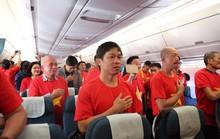 [Video] Hát Quốc ca và cổ động tuyển Việt Nam từ 9 tầng mây