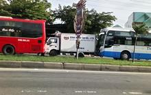 Xe khách húc đuôi xe tải, gây tai nạn cho 3 xe tại chốt đèn đỏ