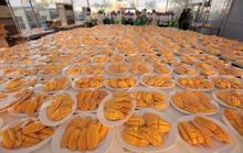 Thái Lan nấu 5 tấn xôi xoài đãi 10.000 khách Trung Quốc