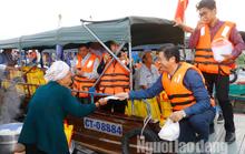 Tiểu thương chợ nổi Cái Răng phấn khởi khi được phó chủ tịch tặng quà Tết