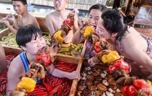 Khách Trung Quốc vừa tắm vừa ăn trong 'nồi lẩu' khổng lồ