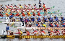 Gần 500 vận động viên thi bơi chải thuyền rồng trên hồ Tây