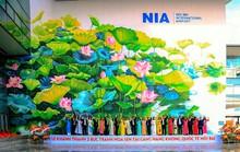 Check-in với tranh sen siêu đại tại sân bay Nội Bài