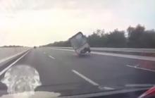 Xe tải đang chạy tốc độ cao bất ngờ đánh võng, tông lan can rồi lật ngửa