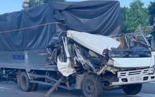 Xe tải húc 2 xe chờ đèn đỏ, nhiều người nhập viện