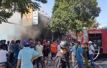 CLIP: Sau tiếng nổ, cửa hàng xe gắn máy bùng cháy dữ dội