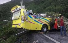 Cận cảnh xe chở sinh viên gặp nạn được kéo lên khỏi vực đèo Hải Vân