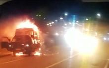 Xe tải bốc cháy dữ dội trong đêm, tài xế đạp cửa thoát thân