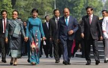 Cận cảnh Thủ tướng Nguyễn Xuân Phúc đón Thủ tướng Lào