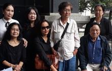 Đông đảo nghệ sĩ đến viếng NSND Thế Anh