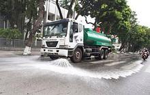 Hà Nội bất ngờ cho tưới nước rửa đường trở lại sau 3 năm tạm dừng vì ô nhiễm gia tăng