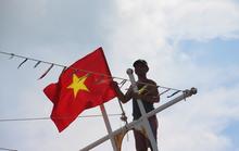 Ngư dân cửa biển Sông Đốc được tiếp thêm sức mạnh từ những lá cờ Tổ quốc