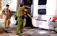 VIDEO: Hoảng hốt tri hô khi thấy xe container cán ngang người nam thanh niên