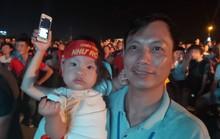 """CLIP: Dân Phú Quốc xem trực tiếp trận Việt Nam-Indonesia qua màn hình """"khủng"""""""