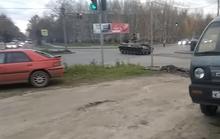 Xe thiết giáp Nga vượt đèn đỏ, tông ô tô ngược chiều