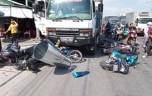 Xe tải mất thắng lùa hàng loạt xe máy dừng đèn đỏ, 11 người bị thương