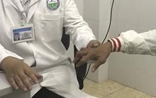 Uống thuốc  lạ người đàn ông bị rút gân 1 cách đáng sợ